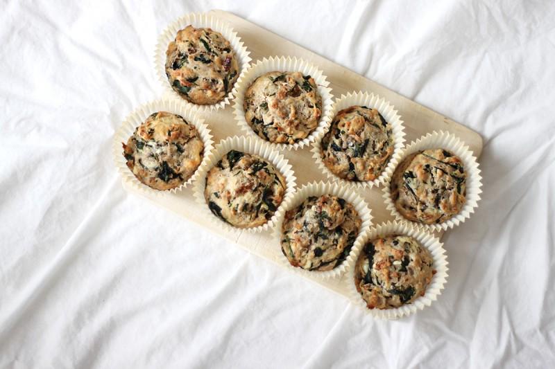 Matmuffins fylt med spinat, valnøtter og blåmuggost
